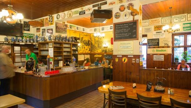 Ebbelwoi und Handkäs -  Apfelwein und andere Frankfurter Spezialitäten werden in verschiedenen Lokalen der Stadt angeboten