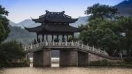 Brücke am Westsee in Hangzhou.