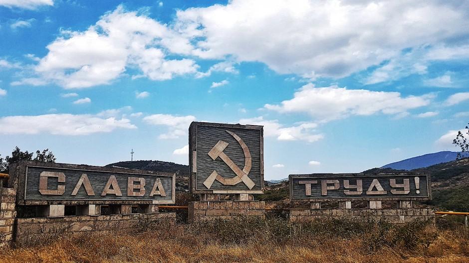 Die sowjetischen Parolen verwittern allmählich und werden zu einem Teil der Landschaft von Arzach, einstmals Bergkarabach genannt.