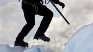 Vom Gehen im Eis: Auf Gletschern bewegt man sich als Seilschaft, mit Steigeisen, Pickeln, Gurt und Seil.