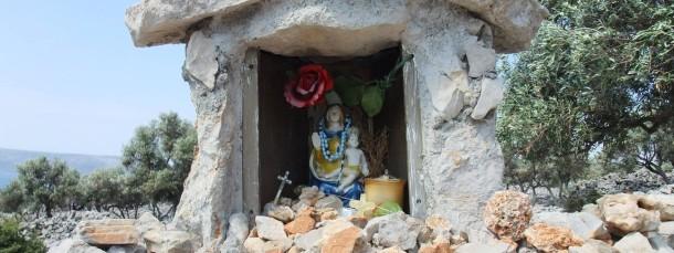 Himmlischer Beistand: Die Muttergottes wacht über die Insel - und ihr Altar ist eine feste Burg, die allen Stürmen trotzt.