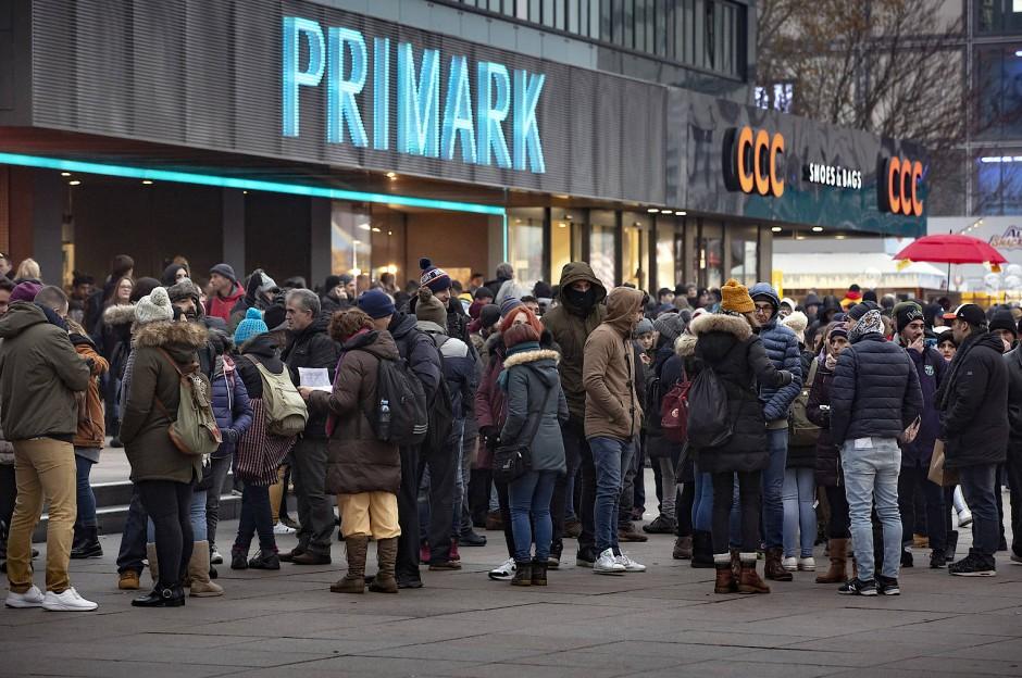 Sehenswürdig? Auch der Billigmodeladen Primark am Alexanderplatz zieht massenweise Touristen an.