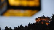 Glücksritter, Heilsuchende, Gralsforscher wollten das mystische Shangri-La finden. Nun ist es aufgetaucht: Der Wan-Gu-Pavillon auf dem Löwenberg über der chinesischen Stadt Lijiang.