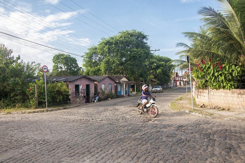 Kopf, Stein, Pflaster: Die löchrigen, uralten Straßen von Serra Grande befährt man am Besten behelmt.