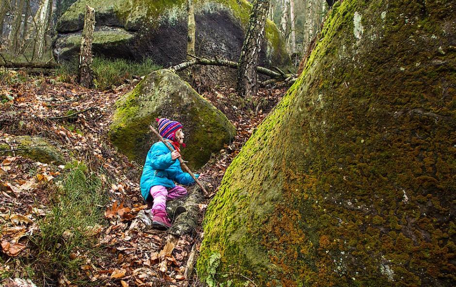 Ein Mädchen steht im Walde, gar nicht still und stumm, nur müde.