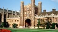 Hier Fußball spielen? Um Gottes Willen - der Great Court des Trinity-Colleges in Cambridge.