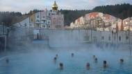 Inspiriert von Friedensreich Hundertwasser: Schwimmende Gäste im Thermenland Blumau