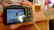 """So ist es falsch: Stilkritik des Skilehrers an der Kurventechnik des Skischülers bei garantiert alkoholfreiem Bier in der Schirmbar """"Berghex""""."""
