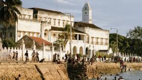 Prunk mit Patina: am Strand von Stone Town auf Sansibar.
