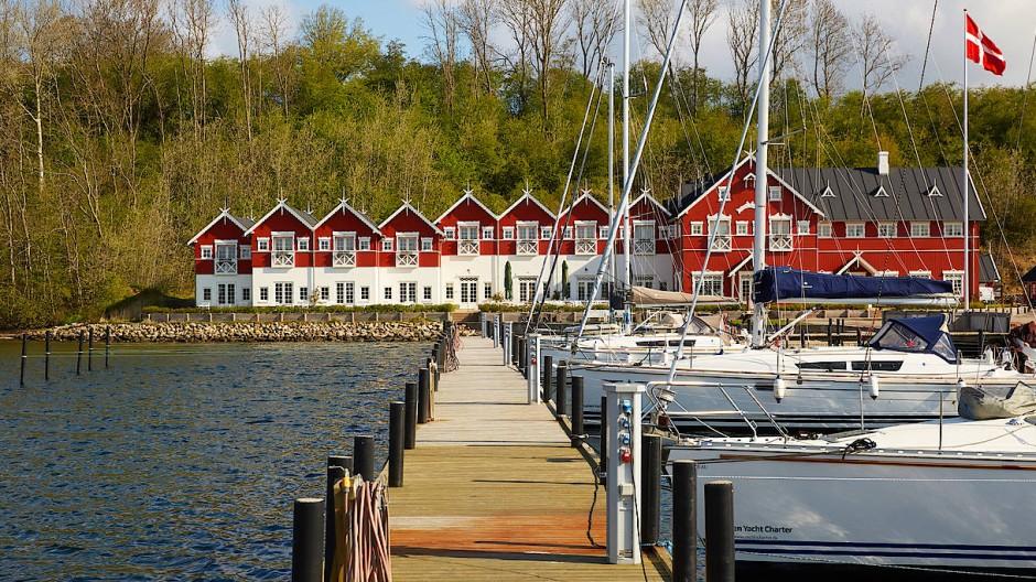 Das Boutique-Hotel am Als Fjord hat nur einundzwanzig Zimmer, jedes ist mit viel Liebe zum Detail in einer anderen Farbe und mit anderen Möbeln eingerichtet.