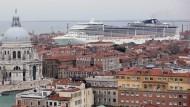 Kanal voll: An der Guidecca schieben sich die großen Kreuzfahrtschiffe durch Venedig, in ihrem Bauch tragen sie mehrere tausend Passagiere und Besatzung