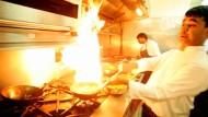Nichts für schwache Nerven, nichts für empfindliche Gaumen: Ein Koch bereitet in einem indischen Restaurant in London ein scharfes Curry-Gericht zu.