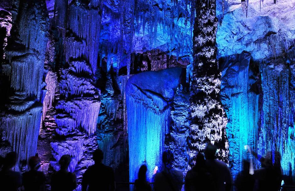 Licht erleuchtet die Höhle von Arta.