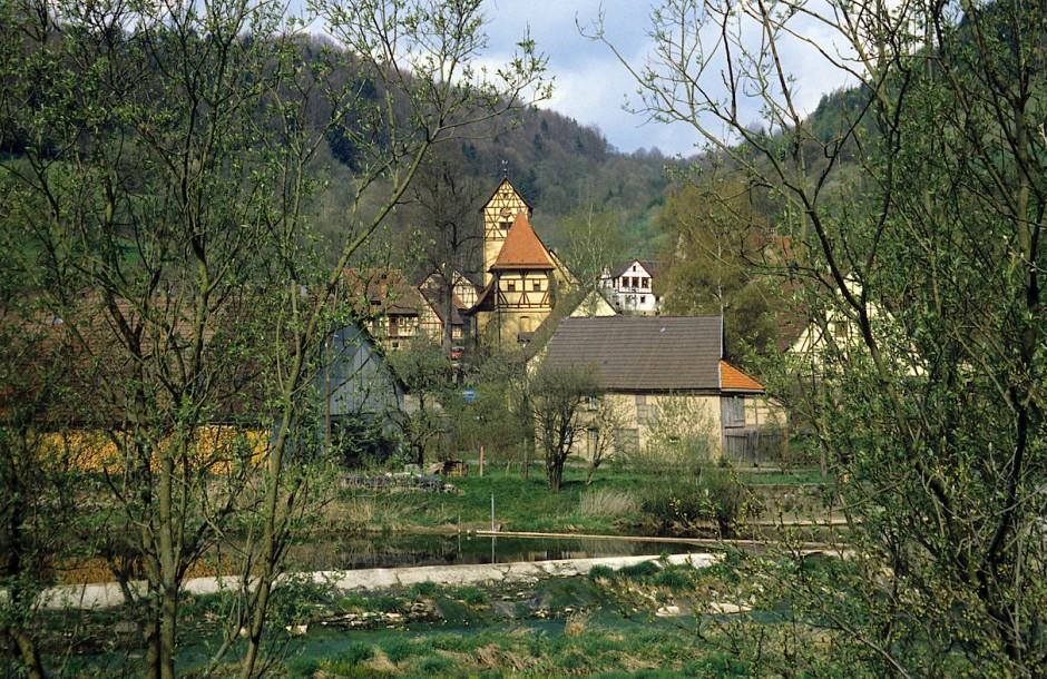 """""""Unterregenbach bietet ein ungemein reizvolles Dorfbild und hat manches Altertümliche bewahrt"""": Blick auf das Dorf in der Region Hohenlohe."""