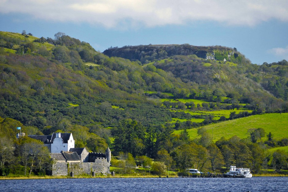 Parke's Castle am Ufer des Lough Gill