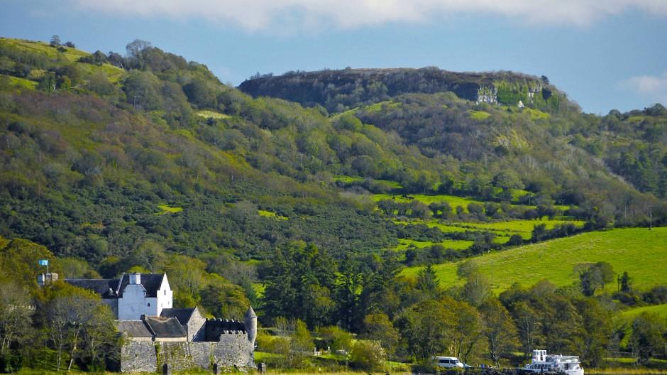 Parke's Castle am Ufer des Lough Gill