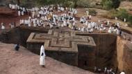 Äthiopiens Jerusalem: Pilger staunen über die Kirche des Heiligen Georg in Lalibela, die in einem einzigen Stück aus dem Felsen gehauen wurde