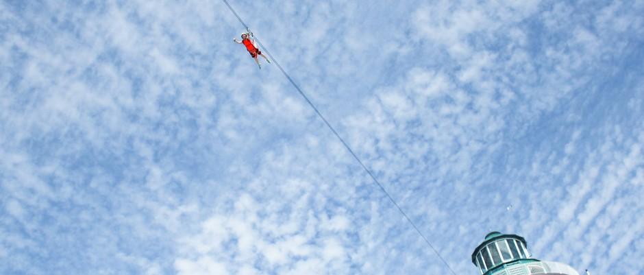 An Drahtseilen fliegen die Gäste von Harvest Cay über die Köpfe der anderen Kreuzfahrtteilnehmer hinweg.