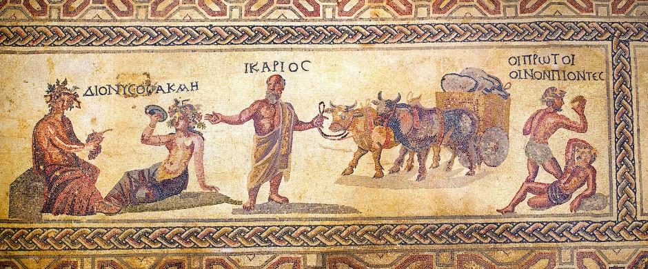"""König Ikarios (Mitte) gilt als der erste Winzer der Menschheitsgeschichte, der sein Geschäft direkt vom Gott Dionysos (links) gelernt haben soll. Seine beiden ersten Gäste aber glaubten, er wolle sie vergiften, und erschlugen ihn. Das Mosaik auf dem Fußboden des """"Haus des Dionysos"""" in Paphos stammt aus dem 3. Jahrhundert nach Christus."""