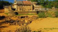 Bauen ohne Baumarkt: Die Wohnburg Guédelon wird nur mit Werkzeugen errichtet, die es auch im Mittelalter gab.