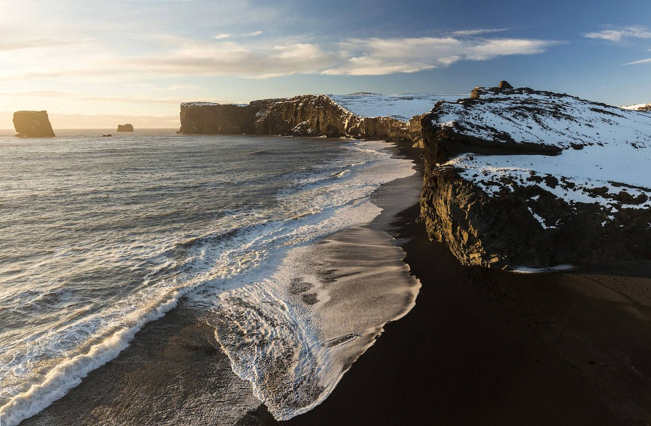 Dramatisch vulkanisch: Schwarzer Sand in Vik im Süden Islands