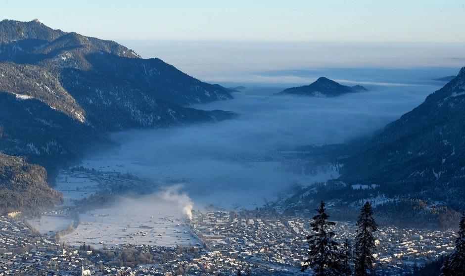 Was für ein wohlgeformter Talkessel! Zwischen Wank, Kramer und Zugspitzmassiv liegt Garmisch-Partenkirchen.