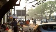 Die Straßenverkäufer sind schon aktiv: Frühmorgens in Rangun.