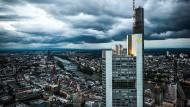 Ein leuchtend gelber Fingerzeig über Frankfurt: Norman Fosters Commerzbank-Zentrale.