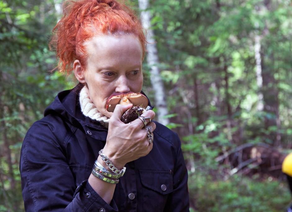 Saimi Hoyer  führt Pilzbegeisterte durch den finnischen Wald.