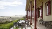 Mitten in den einsamen Dünen von Huchet am Atlantik, mit Blick aufs Meer, ließ sich ein Baron 1858 dieses Holzhaus bauen. Heute beherbergt es Guérards Strandhotel.