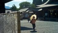 Fromme Wünsche für hundert Yen: Wer will, dass sich das Glück erfüllt, muss ein Zettelchen am Schrein festbinden.