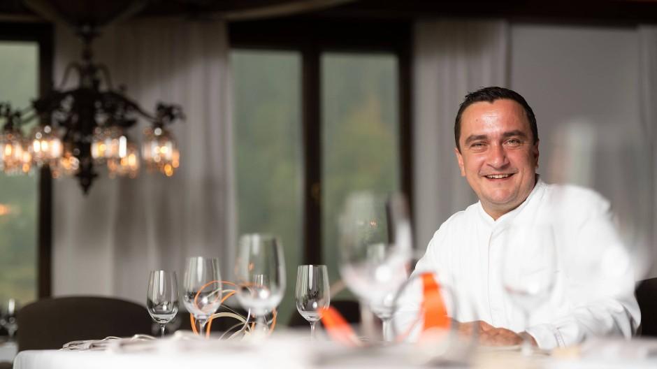 """Er hat seine drei Sterne wieder, und das aus allerbestem Grund: Torsten Michel, der Küchenchef der """"Schwarzwaldstube"""" in Baiersbronn."""