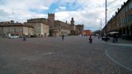 Teure Auslagen unter Arkaden und eine Residenz wie ein Kastell: Die Piazza dei Martiri im Zentrum von Carpi ist immerhin Italiens drittgrößter Platz.