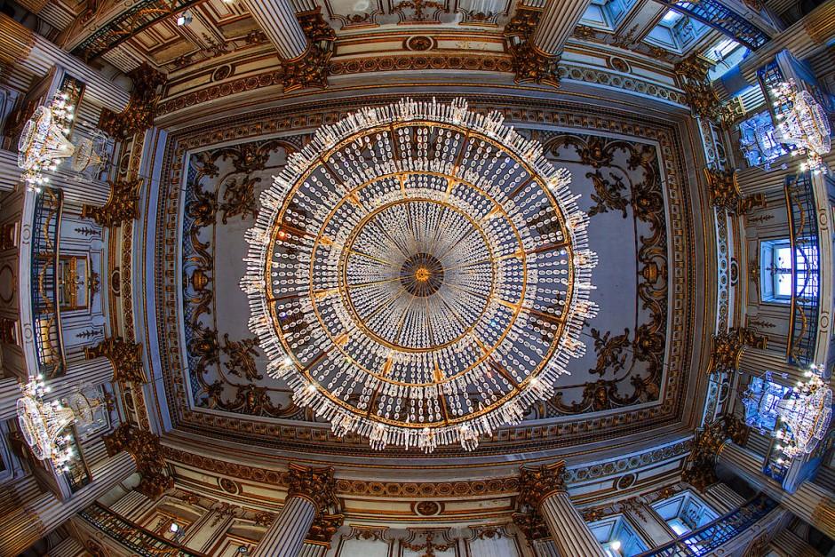 Blick an die Decke des Goldenen Saals mit Kronleuchter in der Mitte.