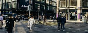 Wir gepflegt man hier spazierengehen kann! Passanten auf der berühmten Einkaufsmeile Bahnhofstraße.