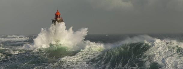 Das ist nicht das Ende der Welt, auch wenn es so heißt und so aussieht: der Leuchtturm La Jument auf der Insel Ouessant, die dem Département Finistère vorgelagert ist.