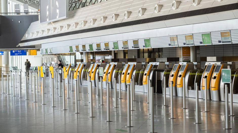Die Unfreiheit des Fliegens: So wird jetzt der Fluss der Passagiere beim Check-in in Frankfurt geregelt.