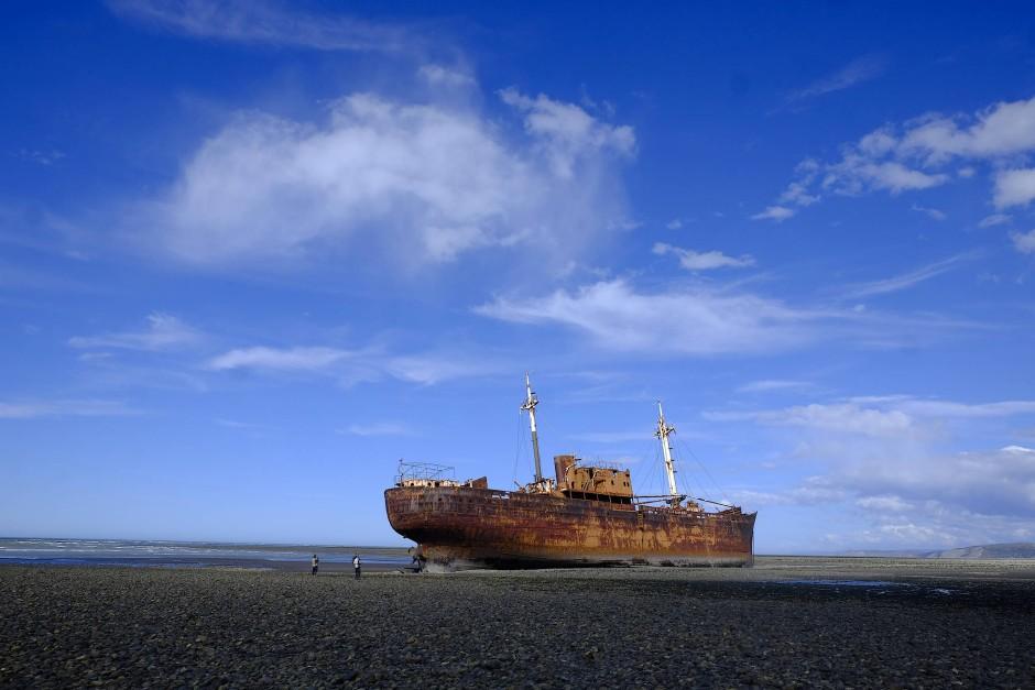 Begleitet von Albatrossen, überquerte die Fähre das silbrige Scharnier. Dahinter lagen Feuerland und dann Fin del Mundo, das Ende der Welt.