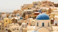Die Stadt Oia auf Santorin mutet an wie eine kubistische Kulisse.