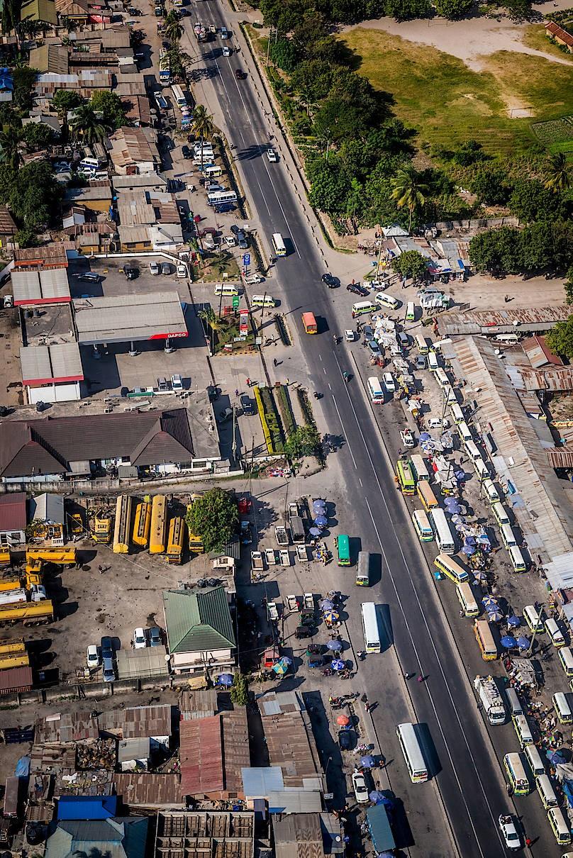 Das trubelige Leben entlang einer Hauptstraße in einem Vorort von Daressalam.