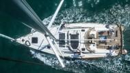 Auf dem Mast: Die Segelyacht Larisa von oben.