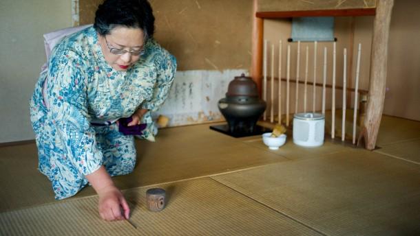 Die Teemeisterin bemängelt die Stadtplanung