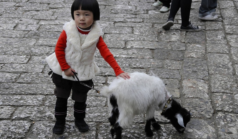 Dass sie in Shangri-La leben, hat den Einwohnern niemand gesagt. Auch nicht Mädchen und Ziege in Partnerlook.
