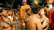 Samba wird beim Karneval die ganze Nacht auch jenseits des Samadromes getanzt, und die Liebelei macht auch Seitenstraßen glücklich.