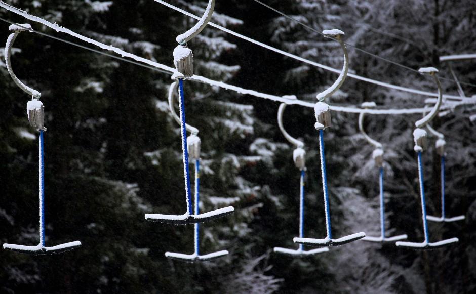 Wann die Wintersportsaison beginnt steht in den Sternen. Vielerorts, wie hier in Balderschwang im Allgäu, stehen die Lifte derzeit still.