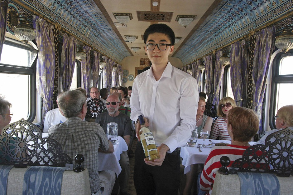 Im Zug wird den Reisenden Wodka serviert, während draußen...