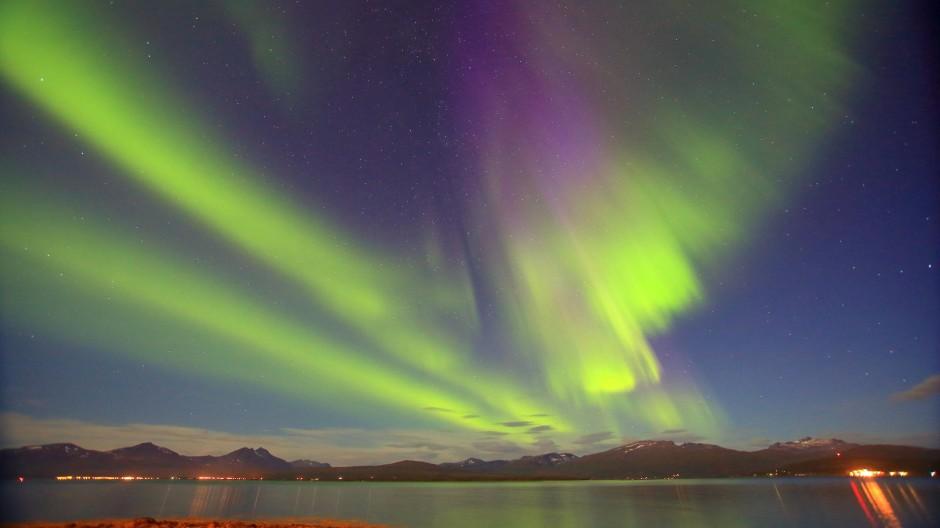 Die Mythologie kennt viele Erklärungen für das Nordlicht. Vielleicht langweilt sich der Himmel aber auch nur in der Polarnacht und vertreibt sich ein bisschen die Zeit.