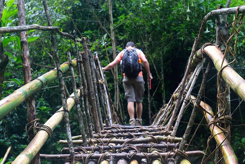 Wenn man Glück hat, ist die Brücke aus Bambus. Wenn man Pech hat, ist sie nur ein wackeliger Baumstamm.
