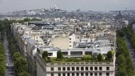 Grüne Oase im grauen Dächermeer: Blick auf Montmartre mit Dachgarten.
