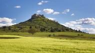 Die Soria: Lange, gerade Straßen ohne Verkehr, verstepptes Land, kahle Berge, sporadisch Äcker und Felder und Pinienwäldchen aus der Franco-Zeit, schüchterne Versuche, Bäume wieder anzusiedeln, während das Volk weglief.